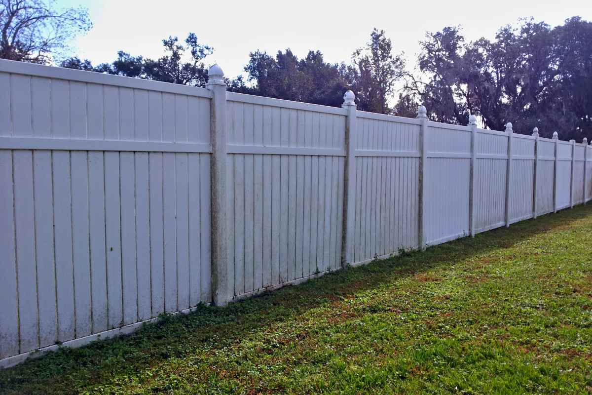 09-before-pressure-wash-vinyl-fence.jpg